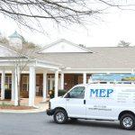Contratistas de remodelación de casas de retiro visitan residencias para personas mayores en camionetas de la empresa MEP