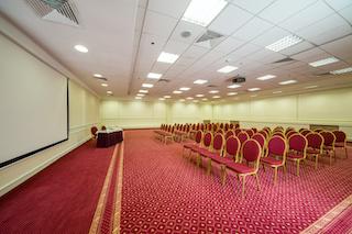 Techo acústico instalado en una sala de conferencias vacía con alfombra roja para el edificio del hotel