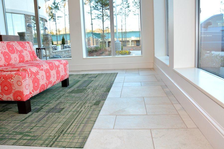 renovación de hotel comercial mep después de la eliminación e instalación del revestimiento del piso con sofá y ventanas