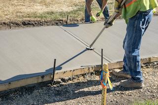 contratistas de concreto mep terminando nueva acera