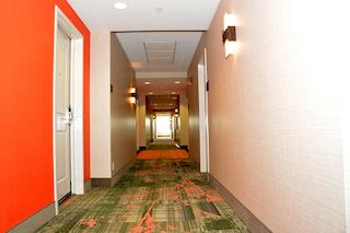 El edificio y las renovaciones del hotel mep muestra hermosos revestimientos de paredes multicolores en el pasillo