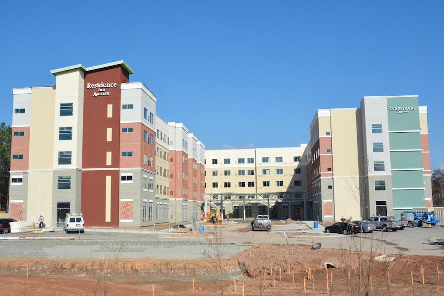 obra nueva de construcción de hotel proporcionada por contratistas mep